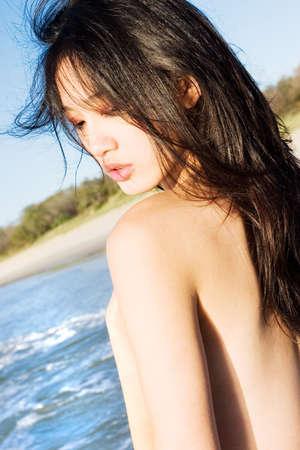 Modelo asi�tico en la playa  Foto de archivo