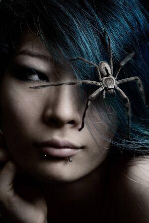 Retrato de modelo con la ara�a en el cabello