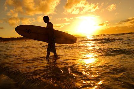 strand australie: Silhouet van surfer bij zonsondergang