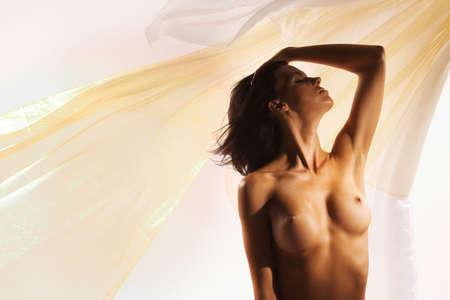 Desnudo en el estudio con gran pa�o que fluye detr�s de