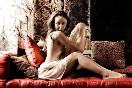 Topless belleza morena en el sal�n