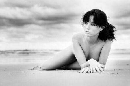nue plage: Belle fille s�tendant sur la plage Banque d'images