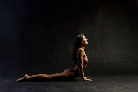 Mujer desnuda en yoga plantean