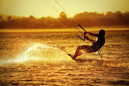 Kite enteraar op de oceaan bij zonsondergang - sport