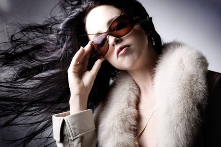 Modelo de la manera con las gafas de sol del dise�ador