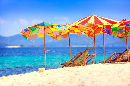 overlooking: Tumbonas y sombrillas con vistas a la playa tailandesa