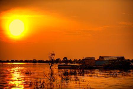 south east asian: De vapor de Asia Sudoriental puesta de sol sobre el agua