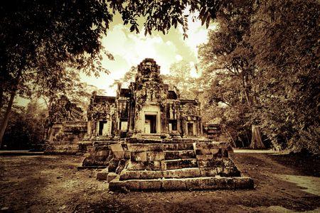 Fuera de las ruinas de los templos de Camboya en sepia