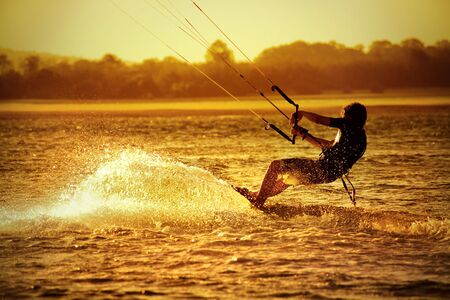 凧: アット サンセット - スポーツ海にカイト ボーダー