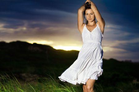 Moda modelo a la salida del sol en el vestido blanco  Foto de archivo