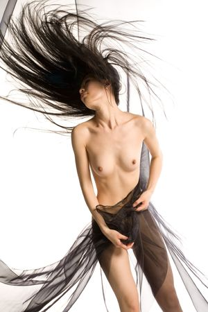 Mujer desnuda rodeada por el movimiento, de cabello y tejido
