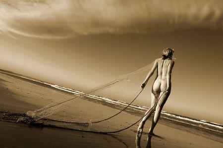 desnudo artistico: Art�sticas de desnudos en la playa con la red de pesca