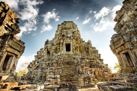 Asia corre cerca de templo de Angkor en Camboya