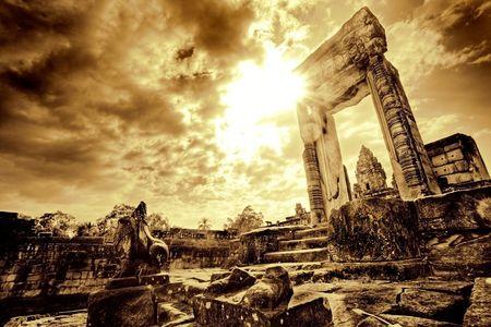 Lone umbral de pie en las ruinas del templo desolado