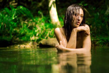 Bella chica se ba�a desnuda en el bosque arroyo Foto de archivo - 4359998