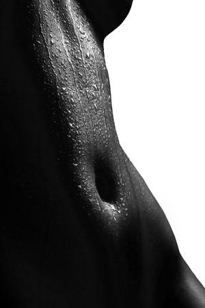 femme noire nue: Anonyme humide nu sur fond blanc