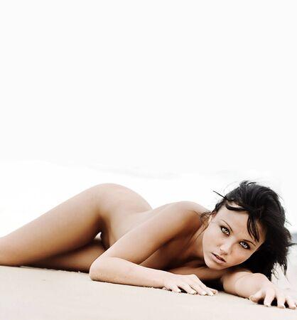 nue plage: Femme nue portant sur la plage avec un arri�re-plan blanc vierge