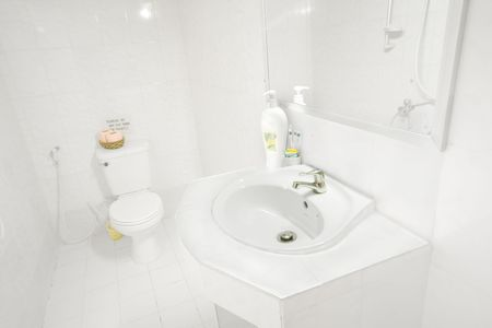 ensuite: Clean bright white en-suite bathroom