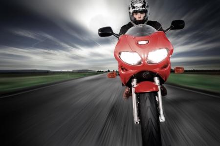 Movi�ndose muy r�pidamente a lo largo de la carretera borrosa de movimiento de motociclismo  Foto de archivo