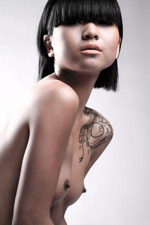 Imagen de la belleza de la mujer asi�tica desnuda sobre fondo blanco de estudio