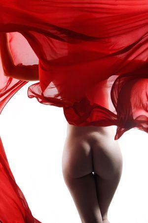 Arte desnudo con pa�o que fluye rojo sobre fondo blanco de estudio