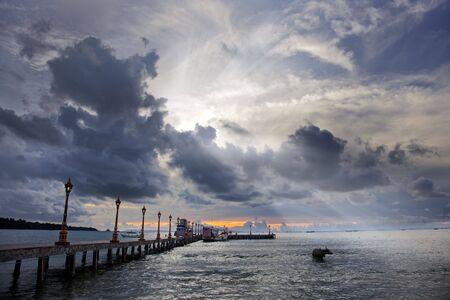 shining through: Raggi di sole splende attraverso spettacolari nuvole oceano