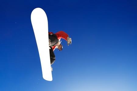 Disparo de deporte de placa de crossover de snowboarder sobre el agua  Foto de archivo