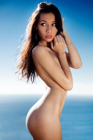 chica desnuda: Hermosa modelo de Eurasia al aire libre