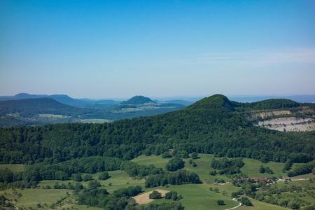 Dies ist der Blick vom Aussichtspunkt der Burg Hohenneuffen an einem Sommertag Standard-Bild - 84333949