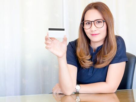 tarjeta visa: Asian business Woman working in office. and show the Credit Cards. Financial of Women, concept.