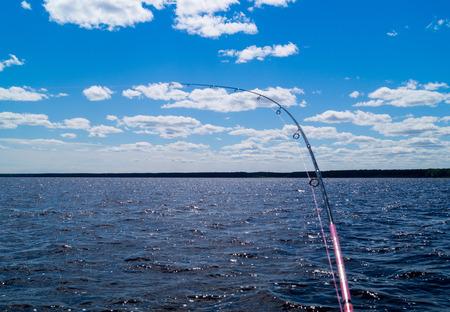 보트에서 낚시, 배를 낚싯대 낚싯대, 물 위에서 하늘 풍경 스톡 콘텐츠