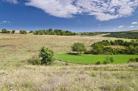 the sky clear: Soleado Cielo Azul, Prado y un colinas cerca de la aldea Katselovo Foto de archivo