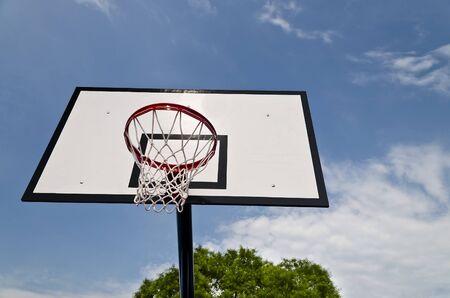 saltar la cuerda: tablero de baloncesto en el fondo del cielo