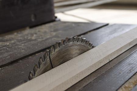 planos electricos: Aserrado plato de madera sobre un banco de trabajo Foto de archivo