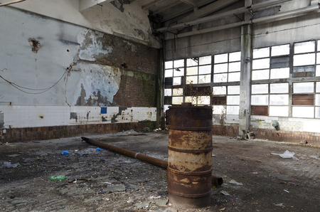 Ruins of abandoned factory or warehouse, large creepy and empty industrial constriction Banque d'images - 114672191