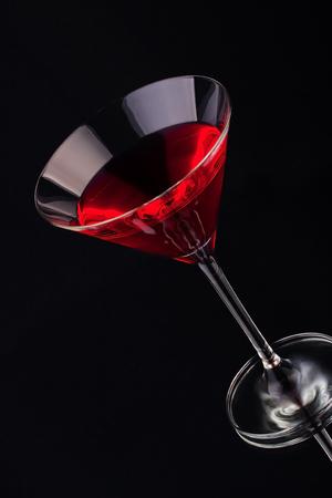 copa martini: Coctail de frutas en vaso de cristal sobre un fondo oscuro Foto de archivo