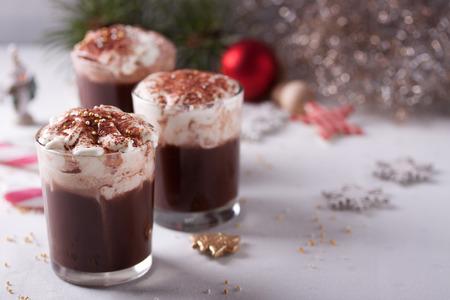 휘핑 크림과 함께 크리스마스 핫 초콜릿 음료 스톡 콘텐츠