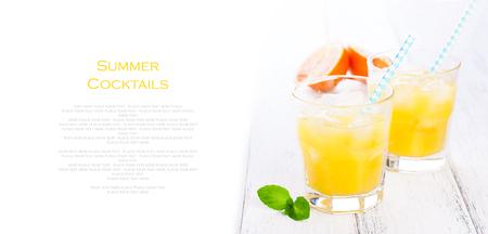 lemonade: Limonada del verano amarillo naranja con hielo y la sangre naranjas y paja en una mesa de madera sobre un fondo blanco con el lugar de texto, copia espacio, horizontal, primer