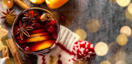 Tasty mulled wine in glass with orange and cinnammon. Winter drink. Horizontal. 스톡 콘텐츠