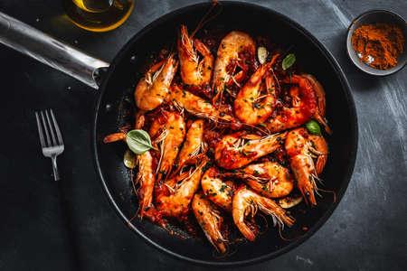 Fried shrimp with sauce on pan. Closeup. Stockfoto