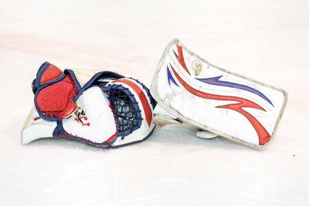 arquero: guantes de portero blanco desechados en el hielo
