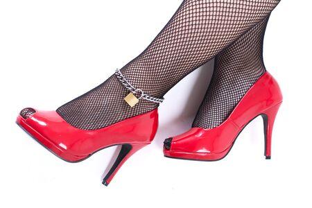 Hermosas mujeres piernas con tacones rojos aisladas sobre fondo blanco Foto de archivo