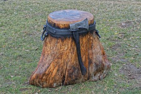 ferreteria: Bloque de cortar forjado para dividir madera con hacha Foto de archivo