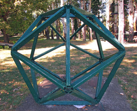 Icosahedron Wooden And Metal Structure In Nature. The Green Icosahedron Is Made Of Wooden Bars And Metal Joints. Horizontal Stock Image. 免版税图像