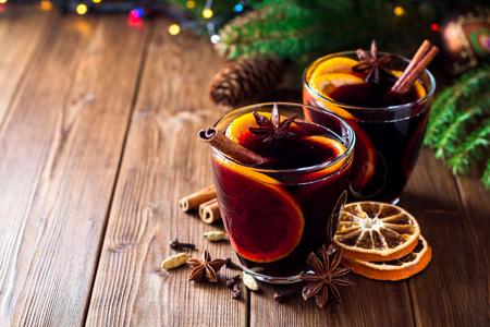 クリスマスの 2 つのメガネはオレンジと木製の背景にスパイスで力強かったですよ.選択と集中。 写真素材 - 88709860
