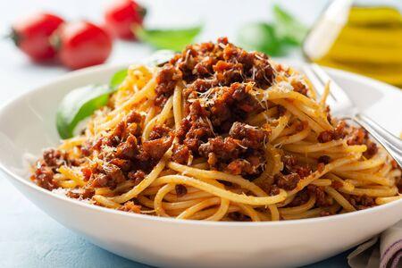 Spaghetti-Nudeln Bolognese in der Platte auf konkretem Hintergrund. Selektiver Fokus.