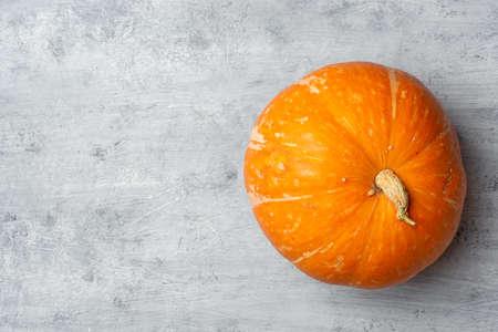 Pumpkin on a concrete background. Top view, copy space. Standard-Bild
