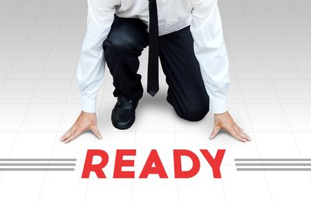 empezar: El hombre comienza a trabajar, listo para comenzar la actividad o negocio