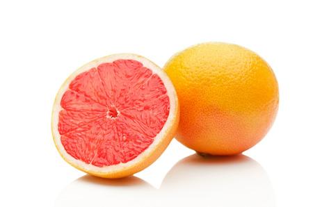 白い背景の上のグレープ フルーツ