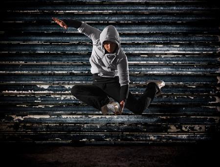 baile hip hop: Estilo hip-hop moderno hombre adolescente saltando Foto de archivo